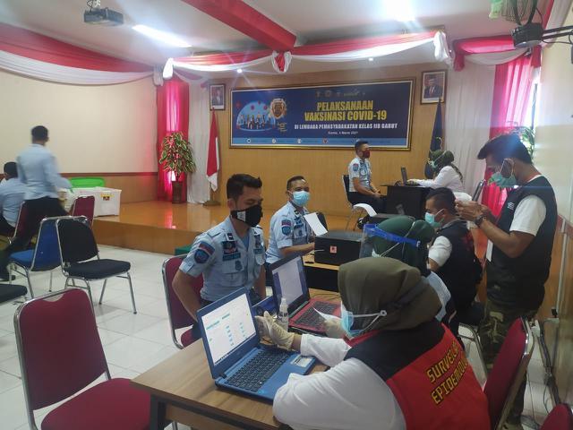 Berjalan Lancar, Puluhan Petugas Lapas Garut MelaksanakanVaksinasi Covid-19