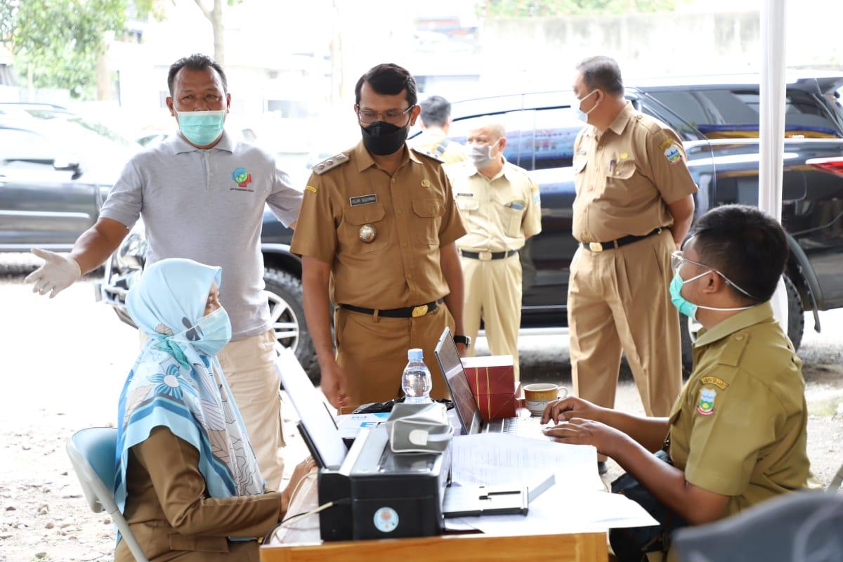 Pelaksanaan Vaksinasi Tahap Dua di Disnakertrans, Wakil Bupati Garut Melakukan Monitoring