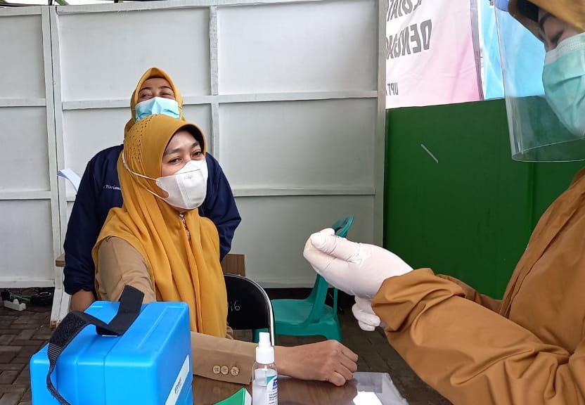Vaksin untuk Petugas Pelayanan Publik diberikan Tim Medis Covid-19 Puskesmas Wanaraja Garut