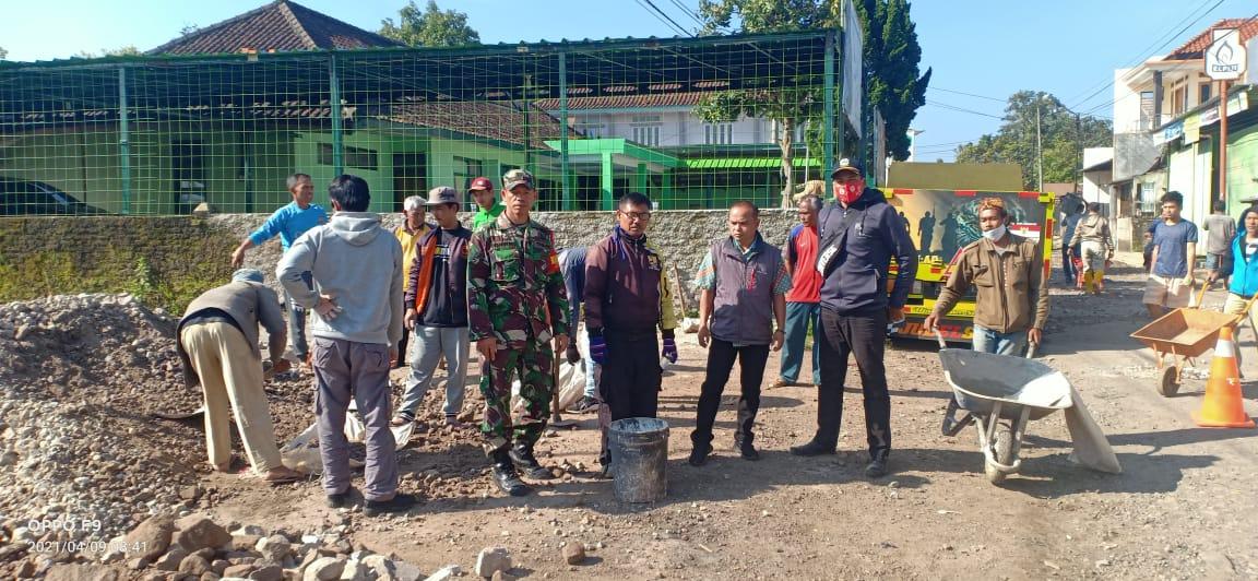 UPTD PUPR Cisurupan Lakukan Perbaikan Awal Jalan Akses Ke Pusat Pemerintahan